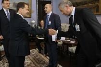 Dmitrij Medveděv vítá českou delegace v čele s Petrem Nečasem a ministrem Kubou