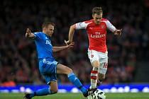 Aaron Ramsey z Arsenalu (vpravo) a Lee Cattermole ze Sunderlandu.