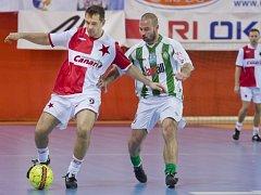Pavel Kuka v dresu Slavie (vlevo) a Jakub Slunéčko z Bohemians ve finále vánočního turnaje internacionálů.