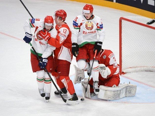 Brankář Dánska Simon Nielsen (vpravo) kryje střelu Běloruska.