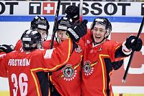 Hokejisté Luley se radují z gólu proti Frölundě ve finále Ligy mistrů.