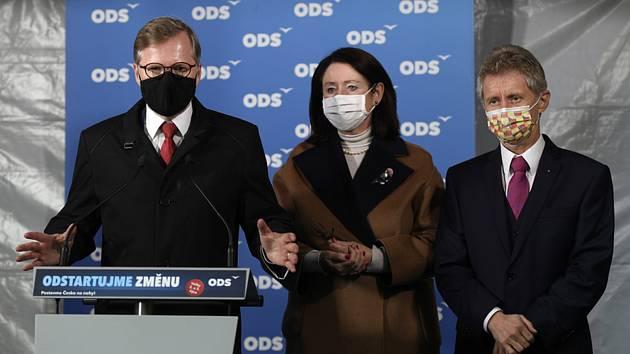 Zleva předseda ODS Petr Fiala, nově zvolená senátorka Miroslava Němcová a předseda Senátu Miloš Vystrčil vystoupili 10. října 2020 v Praze na tiskové konferenci po sečtení výsledků 2. kola senátních voleb