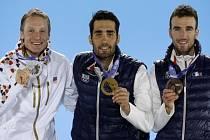 Biatlonista Ondřej Moravec (vlevo) se stříbrnou olympijskou medailí ze stíhacího závodu. Zlato si vystřílel Martin Fourcade (uprostřed), třetí doběhl Jean Guillaume Beatrix.