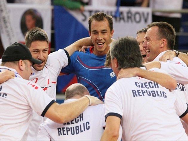 Lukáš Rosol (v modrém) slaví s členy daviscupového týmu postup do semifinále.