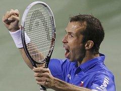 Radek Štěpánek se raduje z postupu do semifinále Davis Cupu. Proti Japonsku zajistil dva body.