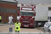 Policejní specialisté zkoumají kamion, ve kterém bylo v hrabství Essex na jihovýchodě Anglie nalezeno 39 mrtvých těl