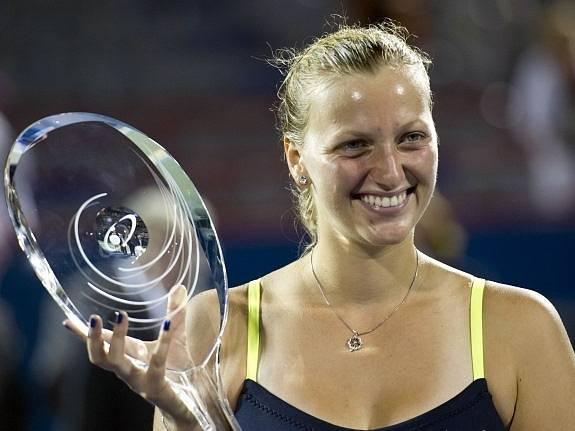 Petra Kvitová s trofejí pro vítězku turnaje v Montrealu.