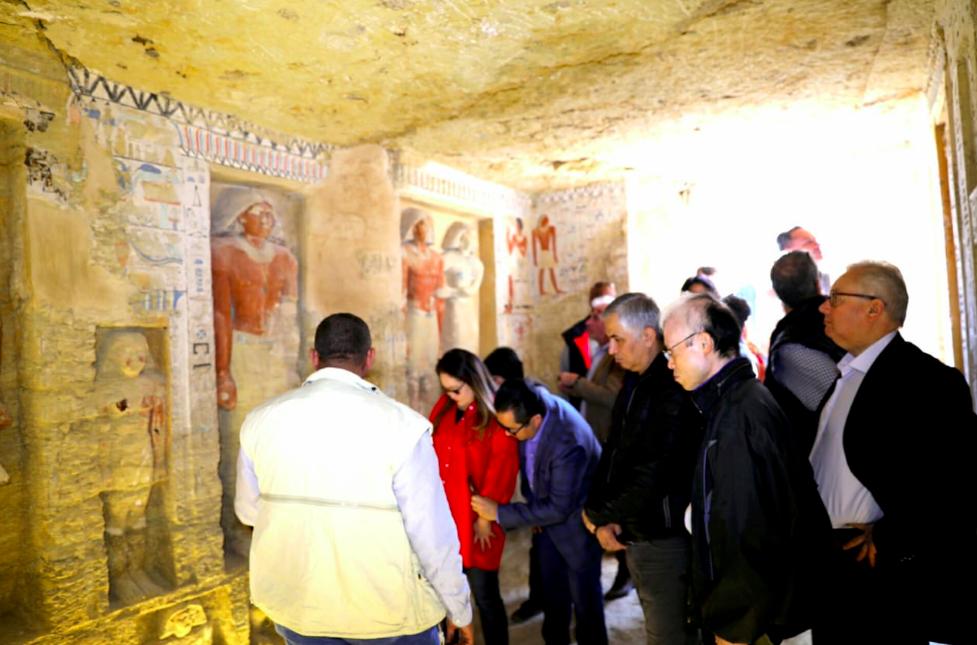 Slavnostní odhalení hrobky.