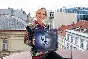 Helena Vondráčková s vinylem k muzikálu Kvítek mandragory.