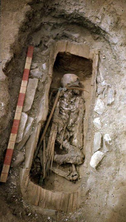 V hrobu se nenašly žádné korálky, zrcátka ani jiné známky toho, že by v něm byla pohřbena dívka