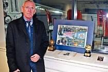 Ivan Bican s několika významnými pamětihodnostmi ze sbírky svého otce.