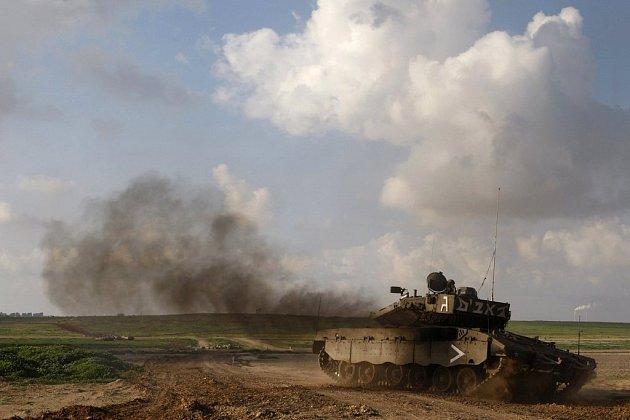 Většina izraelských sil se z pásma Gazy již stáhla, potvrdila armáda. Tank na fotografii palestinské území právě opustil.