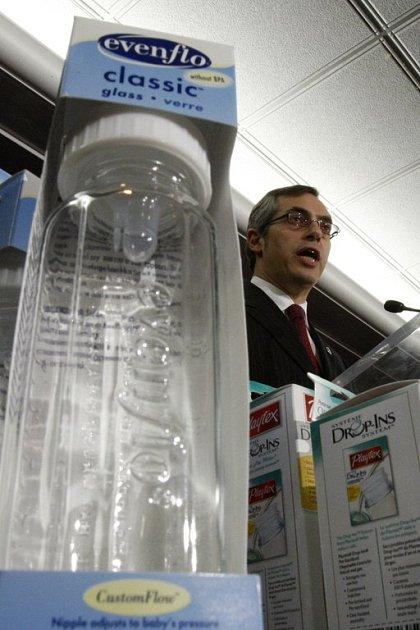 Kanadský ministr zdravotnictví Tony Clement na páteční tiskové konferenci předvedl lahve, které potenciálně nebezpečnou látku obsahují.