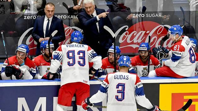 Trenér Miloš Říha (uprostřed) uděluje pokyny českým reprezentantům.
