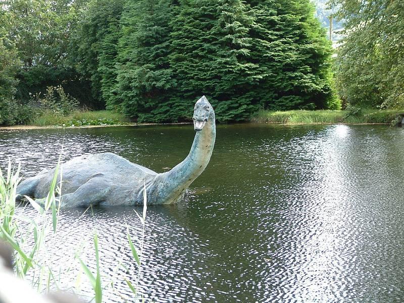 Podobizna příšery u muzea věnovanému lochnesce ve Skotsku