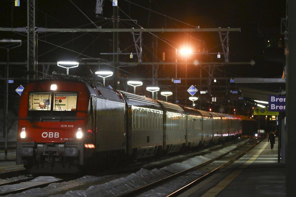 Vlak stojící ve stanici Brenner poté, co rakouské úřady v neděli večer přerušily železniční spojení s Itálií přes Brennerský průsmyk.