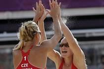 Markéta Sluková s Kristýnou Kolocovou přehrály třetí pár světa a postoupily do čtvrtfinále olympijského turnaje.