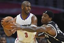 Chris Paul z Clippers (v bílém) a Rondae Hollis-Jefferson z Brooklynu.