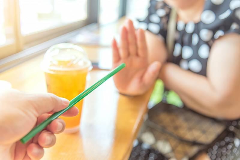 Konec plastových brček má mimo jiné zařídit nový zákon. Jeho schválení je však zatím v nedohlednu.