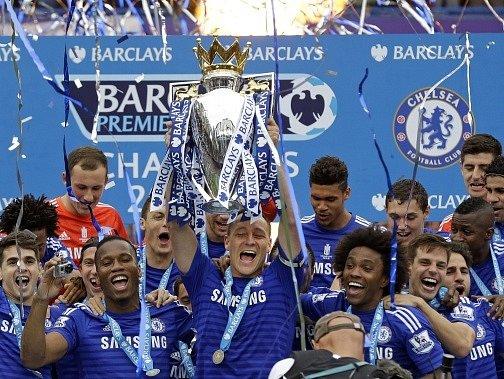 Radost z titulu: trofej převzal kapitán John Terry