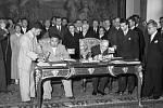 Ministři zahraničních věcí Československa Václav David (vlevo) a KLDR Nam Ir (uprostřed) podepsali v Černínském paláci dohodu o kulturní a hospodářské spolupráci.