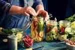 Pokud s fermentováním začínáte, je nejjednodušší sáhnout po zelenině. Na výrobu pickles (tedy zkvašené zeleniny) totiž nepotřebujete nic speciálního.
