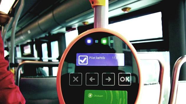 KOUZELNÁ KARTA. Obyvatelům Tallinnu v dopravních prostředcích stačí použít zelenou kartu (na snímku) a jedou zdarma.