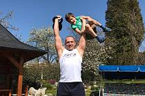 """Fotky z """"tréninku"""". Spíše jde o kratochvíli se synem. Nejprve rozcvička, pak samotný výkon, aneb """"když lidská váha doplní železo"""". Syn váží 24 kg, kettlebell také 24 kg :-)... A to je jen začátek :-)"""
