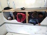 Za falešnou přepážkou dodávky se tísnilo 13 migrantů
