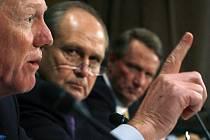 Výkonní ředitelé společností Ford, Chrysler a General Motors (zleva) oslovili po vzoru finančních institucí stát s žádostí o jednorázovou finanční pomoc.