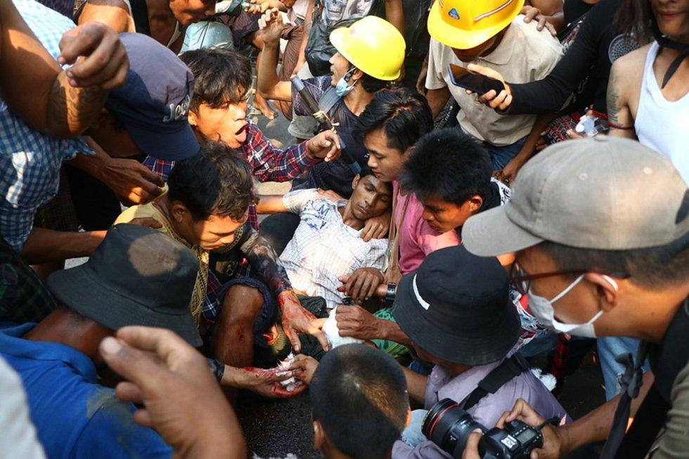 Zraněný demonstrant v Barmě