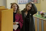 Zuzana Čaputová s dcerou ve volební místnosti