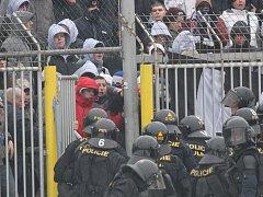 Před zápasem Brna s Ostravou musela zasahovat policie. Fanoušci Baníku se totiž pustili do bitky s pořadateli.