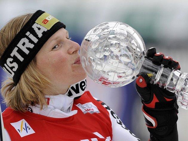 Rakušanka Marlies Schildová líbá malý globus za vítězství v SP ve slalomu.