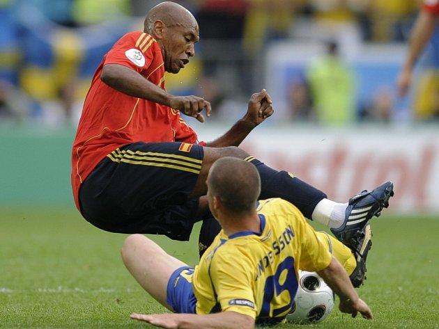 Švéd Andersson zbavuje míče španělského záložníka Sennu.