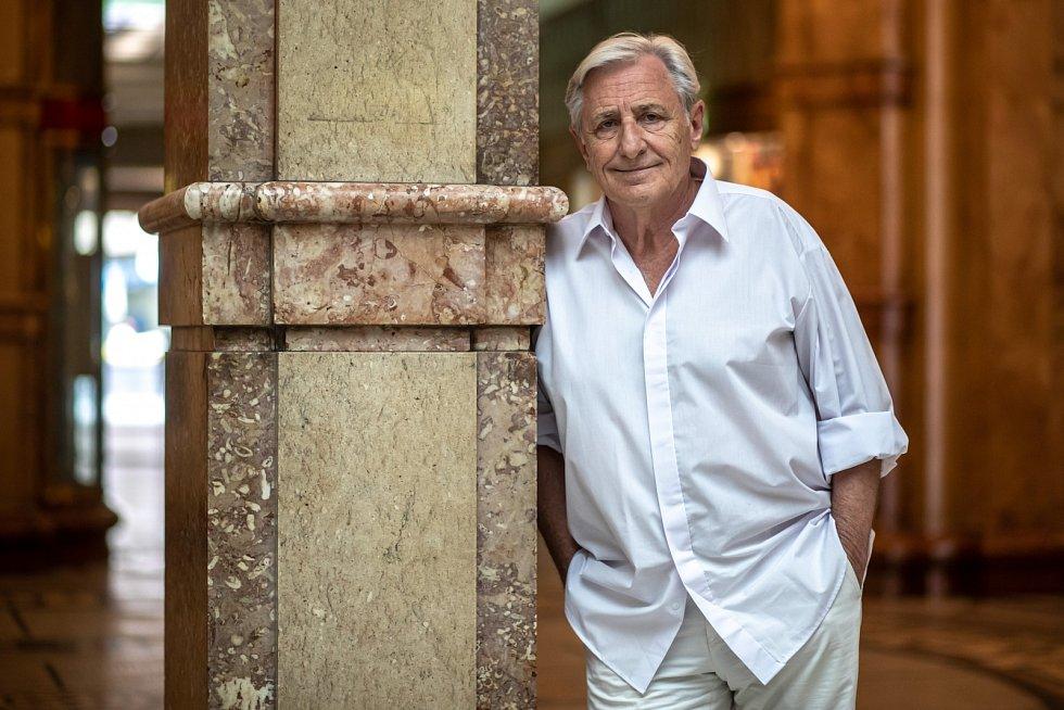 Od roku 1976 až do roku 1990 Karel Heřmánek hrál vDivadle Na zábradlí, kde se setkal srežisérem Evaldem Schormem, který ho výrazně ovlivnil.