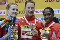 Tyčkařka Jiřina Svobodová (uprostřed) se stříbrnou medailí z halového mistrovství světa v Sopotech. Nestačila pouze na Yarisley Silvaovou (vpravo).