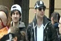 Jeden z nich měl na hlavě v pondělí bílou a druhý černou čepici. Na útěku je údajně ten s bílou čepicí.