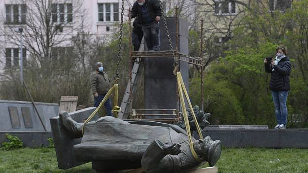 Radnice Prahy 6 nechala 3. dubna 2020 odstranit z podstavce sochu maršála Ivana Stěpanoviče Koněva v Bubenči