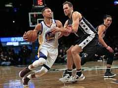 Stephen Curry z Golden State (vlevo) proti Brooklynu.