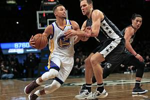 Stephen Curry z Golden State (vlevo) proti Brooklynu.