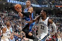 Russell Westbrook z Oklahomy (v modrém) se prosazuje proti Memphisu.