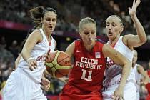 Kateřina Elhotová se probíjí přes Andju Jelavičovou (vpravo) a Anu Lelasovou z Chorvatska na olympijském turnaji v Londýně..