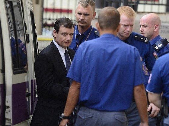 David Rath (vlevo) s eskortou vchází do budovy Krajského soudu v Praze, kde 7. srpna začíná hlavní líčení v jeho kauze.
