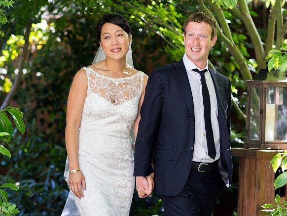 Zakladatel největší světové sociální sítě Facebook Mark Zuckerberg se v sobotu oženil se svou dlouholetou přítelkyni Priscillu Chanovou.