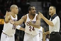 Basketbalisté Clevelandu Anthony Parker (č.18) and Samardo Samuels (č.24) nesouhlasí s rozhodčím.