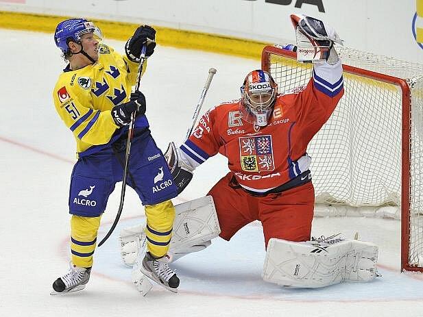 Švédský útočník Mika Hannula se snaží prosadit před brankářem Jakubem Štěpánkem.
