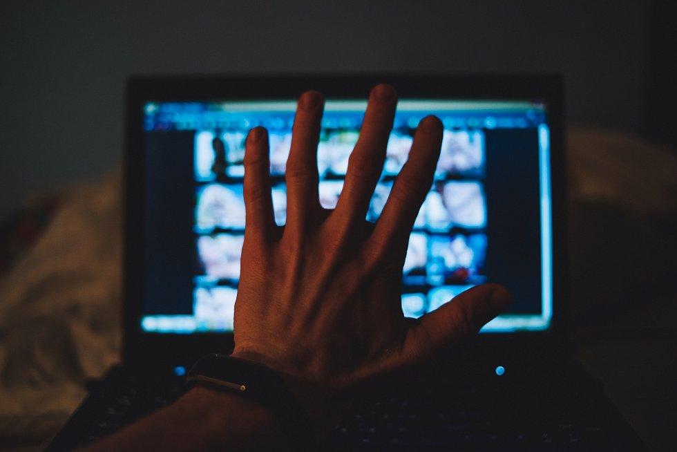 Pornografie mohou děti i díky internetu sledovat v nízkém věku. To je podle psychologů nebezpečné.