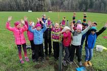 Děti z Koberov sázely stromky na Malou Skálu