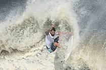 Brazilský surfař Ítalo Ferreira si jede pro olympijské zlato.
